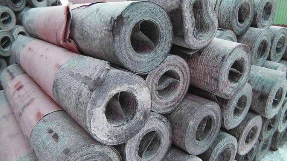 Как вариант водоизоляционного рулонного материала можно рассмотреть рубероид, отлично знакомый даже непрофессиональным строителям.