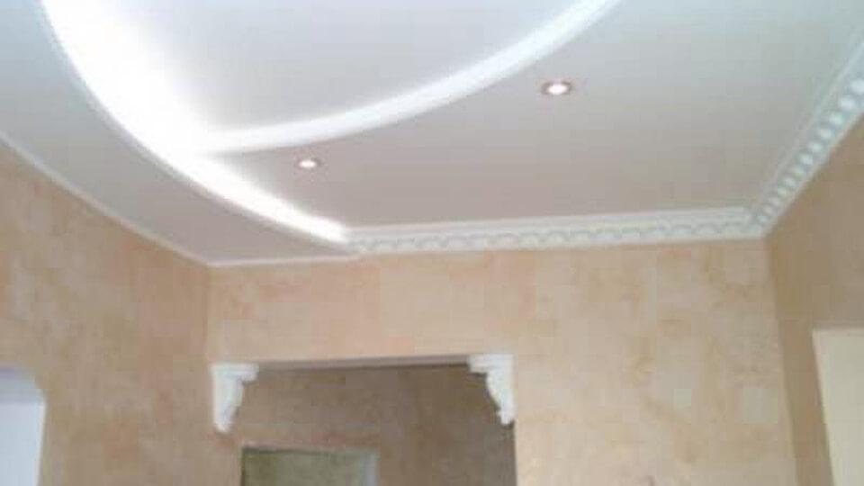 Среди разнообразных вариантов организации в квартире потолка, отметим потолок из листов гипсокартона.