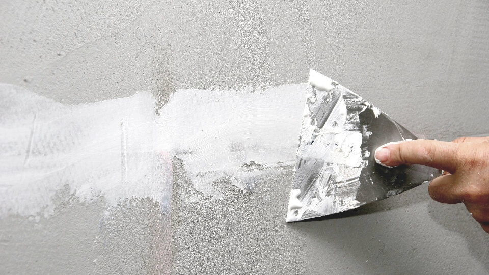 По того как начинать работы, связанные с устранением швов между листами гипсокартона, важно убрать всю пыль, грязь, проверить качество закручивания всех саморезов (шурупов).
