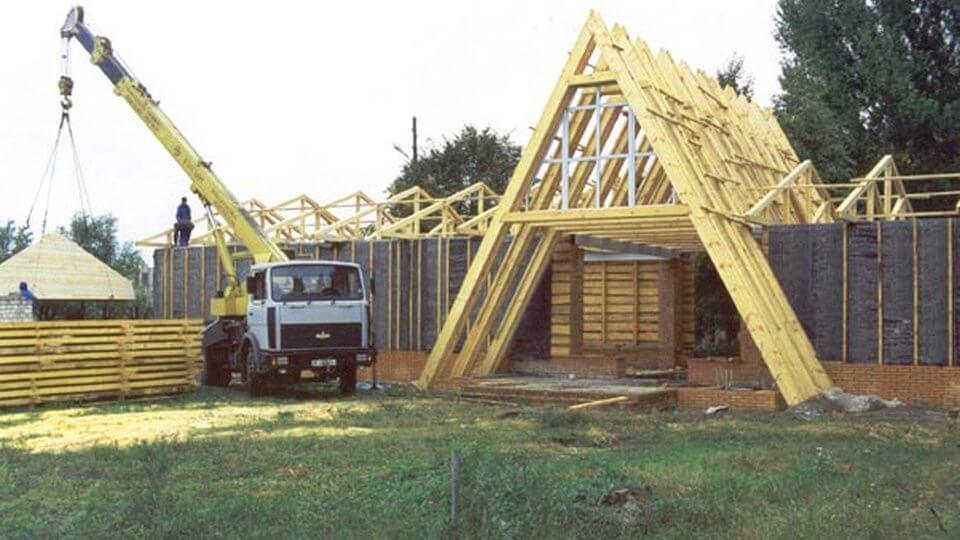 Многим начинающих домовладельцев волнует вопрос строительства собственного жилого дома. Для того чтобы ускорить данный процесс, разберем основные этапы строительства.