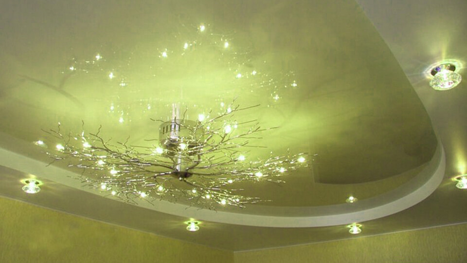 Основой натяжного потолка является эластичная прочная виниловая пленка, которую растягивают, закрепляют на установленный ранее на потолке пластиковый каркас.