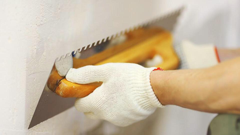 После получения первичных навыков, можете приступать к шпаклеванию основной поверхности стены.