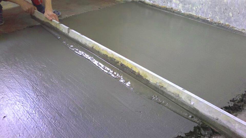 Среди основных предназначений цементной стяжки выделим возможность выравнивания поверхности пола, подготовку основания под укладку декоративных напольных покрытий.