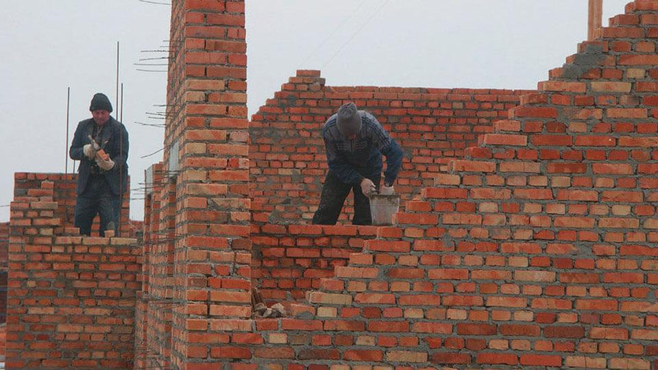 Основным правилом, которому необходимо следовать до начала строительных работ с кирпичом, это укладка кирпичей в ряд, а также предварительное смачивание кирпичей.