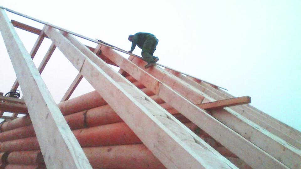 Специалисты в строительной сфере уверены в том, что вполне можно выполнять зимой работы, связанные с обустройством или ремонтом кровли.