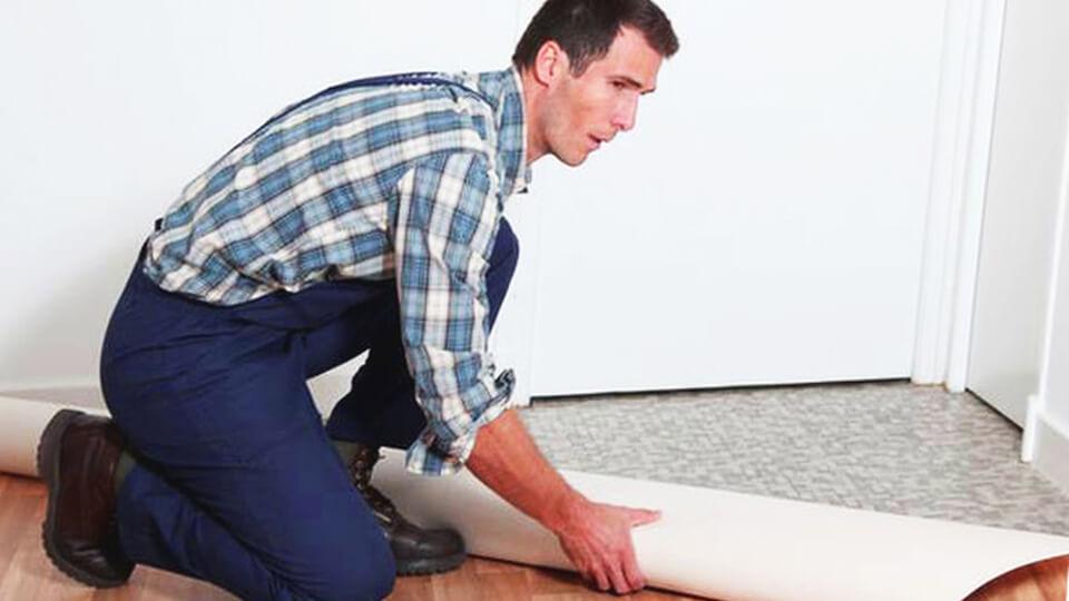 Если в помещении бетонное основание под пол, либо цементная стяжка, нужно учитывать некоторые хитрости, укладывая линолеум.