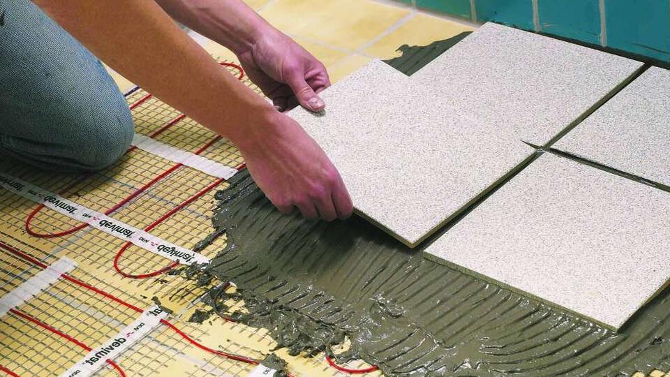 В том случае, если вы выбрали как вариант напольного покрытия керамическую плитку, сначала важно провести выравнивание под нее поверхности пола.