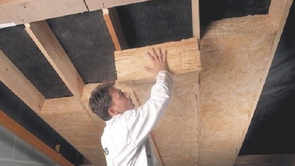Для того чтобы потолок в деревянном доме стал теплым, но не возникало проблем со скоплением избыточной влаги внутри помещения, важно подобрать правильный вариант утепления данной поверхности.