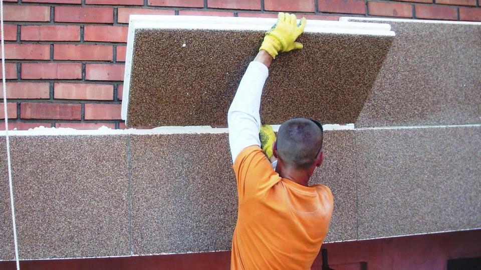 При соблюдении определенной последовательности действий можно собственными силами выполнить процедуру утепления фасада здания.