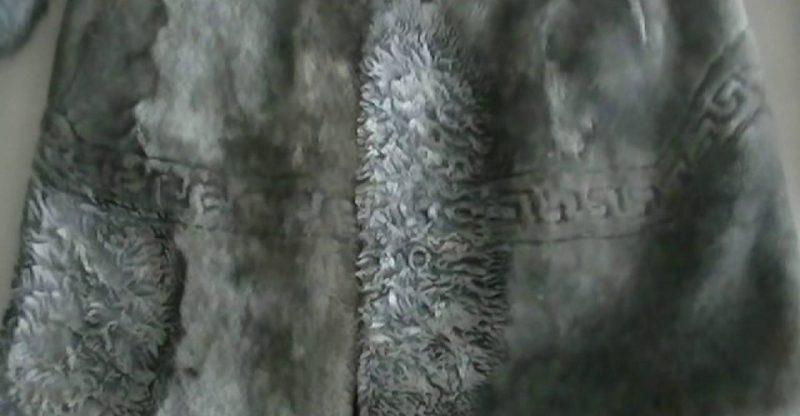 """Шуба приобретается не на один сезон, поэтому традиционно этот предмет одежды считается не зависящим от меняющейся моды. Оказывается, это заблуждение. Ежегодно дизайнеры всего мира предлагают новые модели. В грядущем сезоне по-прежнему наиболее популярны норковые шубы. Традиционно в основе лежат два силуэта - прямой и А-образный. На их основе строится большое количество разнообразных моделей. Например, этой зимой кутюрье предлагают приталенные силуэты или короткие """"мантии"""". Есть и необычные варианты - шубы-халаты просторного кроя с широким поясом. Это, пожалуй, единственная из длинных моделей: преимущество отдается образцам до колена. Необычные воротники и лазерная перфорация Но основное внимание в 2017 году будет уделяться не столько фасону, сколько выделке и расцветке. Популярны всевозможные узоры и аппликации из меха другого оттенка. Украсить простую модель можно и с помощью необычной выкладки шкурки. Спросом будут пользоваться шубы с косым или поперечным соединением деталей. Еще одна модная тенденция, присущая дорогим образцам, - лазерная перфорация. На изделии создается сквозной рисунок, напоминающий ажурное плетение. Но прежде чем купить норковую шубу с такой отделкой, стоит узнать, что это модель из стриженого меха. И в ней будет не так тепло, как в традиционной шубе с плотным ворсом. Особого внимания заслуживают воротники. Очень актуальными будут стойка и так называемая шалька, напоминающая накинутый на плечи платок. Какую бы модель вы ни выбрали, нужно в первую очередь ориентироваться на погодные условия. Именно от них должны зависеть фасон и длина изделия."""